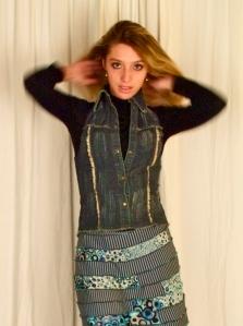 gilet-corset en Jean sur mini jupe en vicsoe